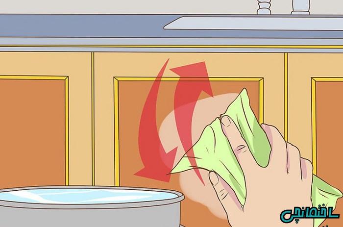 تمیز کردن سطح با پارچه تمیز و خیس