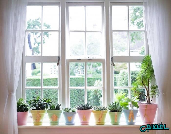 استفاده از گلدان در پشت پنجره